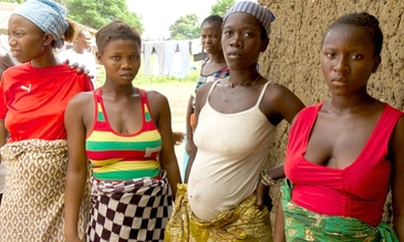 © WHO Women waiting for pregnancy check-ups in Kamosondo, Port Loko district of Sierra Leone